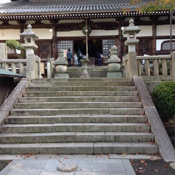 階段の上に神殿があります